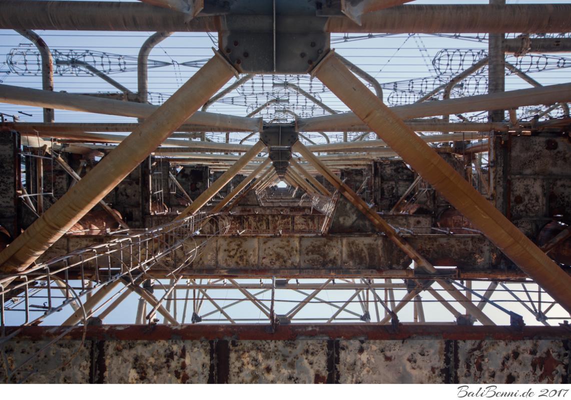 Die radioaktive Verstrahlung hat den Abbau des 14.000 Tonnen-Kolosses unwirtschaftlich gemacht. Eine Sprengung schließen die Regeln der Sperrzone sogar ganz aus.
