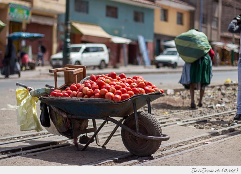 Zwischen Schienen und Straßenverkehr: Verkauf von Tomaten