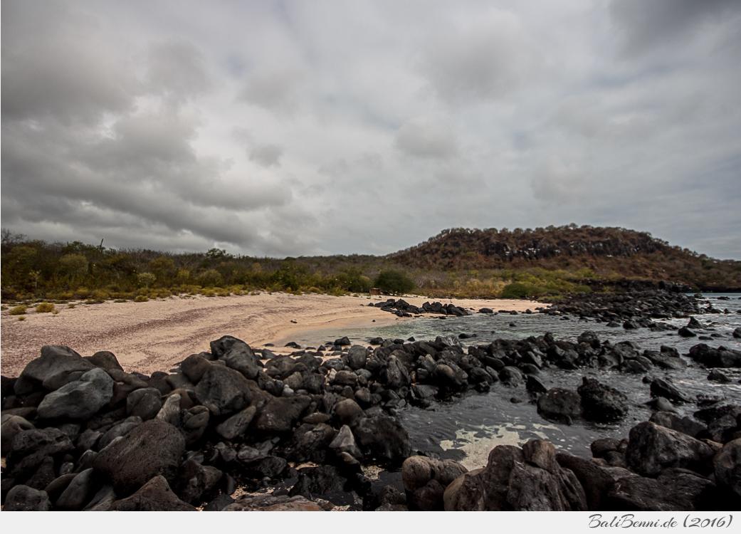 Eine kleine unberührte Bucht auf der Galapagos-Insel San Cristóbal. Im Hintergrund sieht man den Hügel 'Cerro de las Tijeretas' (Fregattvogelfelsen)